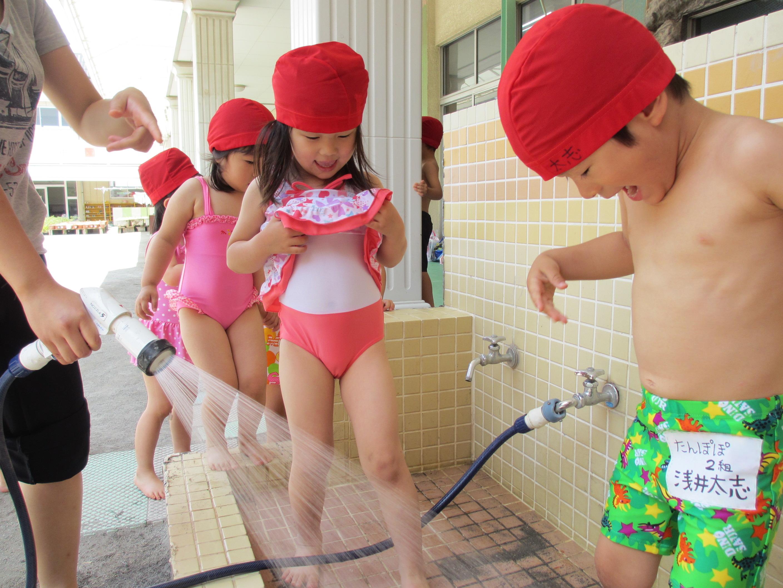 子ども 水遊び 裸